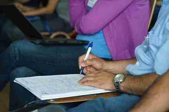 uomo scrive su block notes dopo incidente